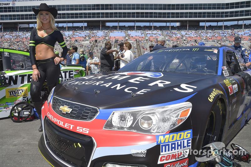Monster-Girl am Auto von Kasey Kahne, Hendrick Motorsports, Chevrolet