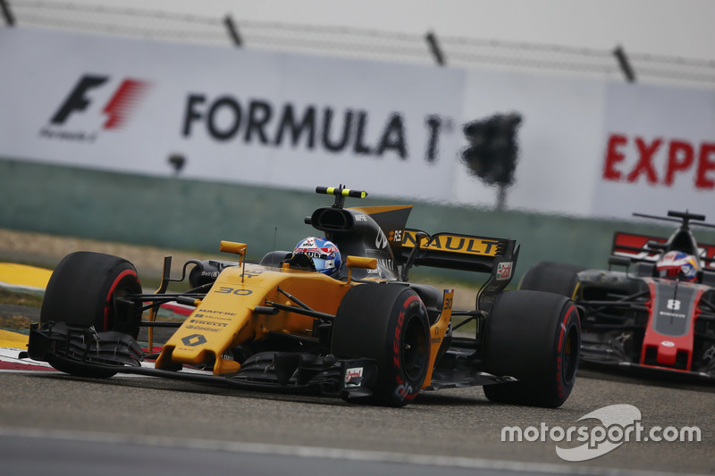 Jolyon Palmer, Renault Sport F1 Team RS17, leads Romain Grosjean, Haas F1 Team VF-17