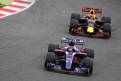 Daniil Kvyat, Scuderia Toro Rosso STR12; Max Verstappen, Red Bull Racing RB13