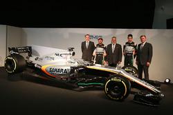 Andrew Green, Sahara Force India F1 Team Director técnico; Sergio Pérez, Sahara Force India F1 VJM10; El Dr. Vijay Mallya, dueño de Sahara Force India F1; Esteban Ocon, Sahara Force India F1 Team; Otmar Szafnauer, Sahara Force India F1 COO y el Sahara Forc