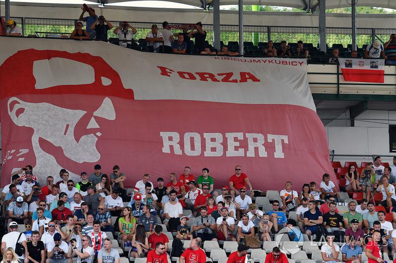 مشجعو روبرت كوبتسا، رينو يرفعون الأعلام في المدرج
