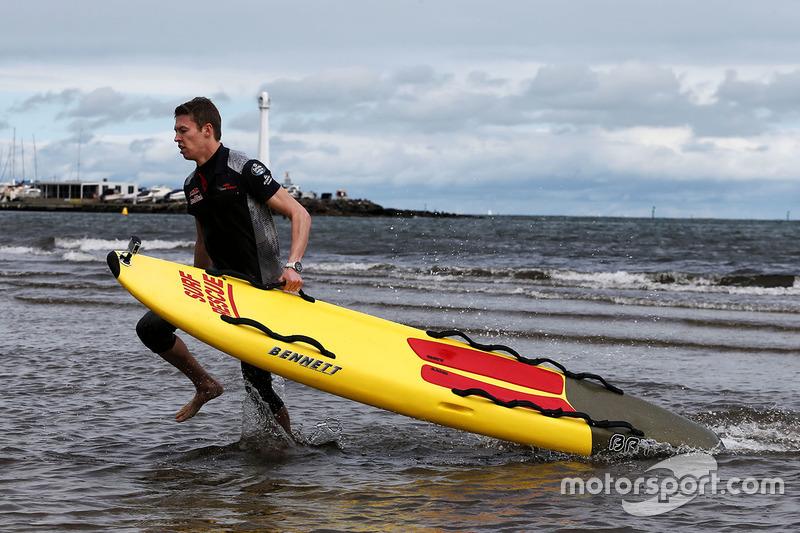 Daniil Kvyat, Scuderia Toro Rosso en la playa St Kilda con el Club de salvamento de St Kilda