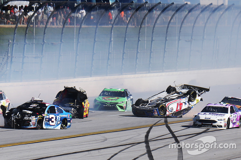 10. L'incidente di A.J. Allmendinger, JTG Daugherty Racing Chevrolet, Joey Logano, Team Penske Ford, Austin Dillon, Richard Childress Racing Chevrolet