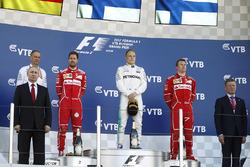 المنصة: الفائز بالسباق فالتيري بوتاس، مرسيدس، المركز الثاني سيباستيان فيتيل، فيراري، المركز الثالث كيمي رايكونن، فيراري