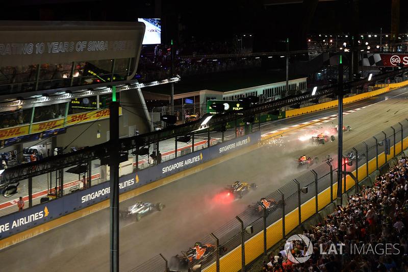 Choque de Sebastian Vettel, Ferrari SF70H,  Kimi Raikkonen, Ferrari SF70H y Max Verstappen, Red Bull Racing RB13 en la arrancada