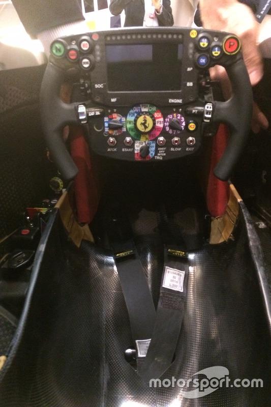 Cabina y volante del Ferrari SF16-H