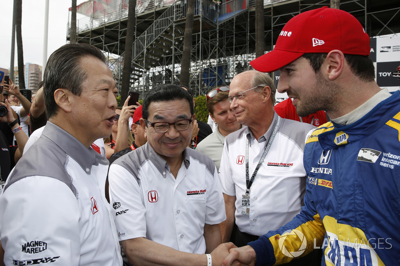 Toshiaki Mikoshiba, président et PDG d'American Honda Motor Company, Inc., et Takahiro Hachigo, président de Honda Motor Company félicitent Alexander Rossi, Andretti Autosport Honda