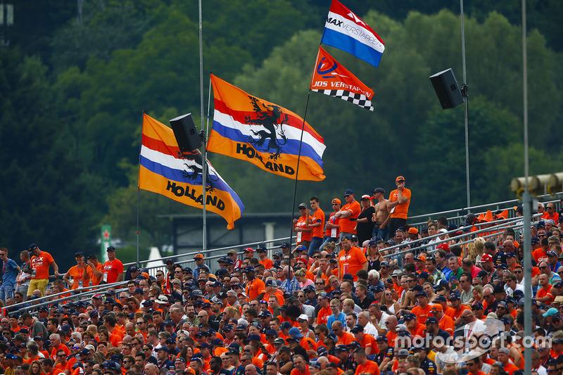 Aficionados holandeses apoyan a Max Verstappen en el Red Bull Ring