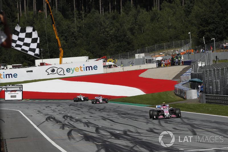 Esteban Ocon, Force India VJM11, prende la bandiera a scacchi