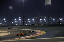 Stoffel Vandoorne, McLaren MCL33 Renault, leads Sergey Sirotkin, Williams FW41 Mercedes