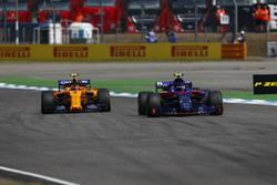 Pierre Gasly, Toro Rosso STR13, precede Stoffel Vandoorne, McLaren MCL33