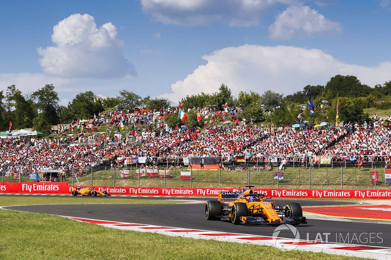 Fernando Alonso, McLaren MCL33, y Stoffel Vandoorne, McLaren MCL33