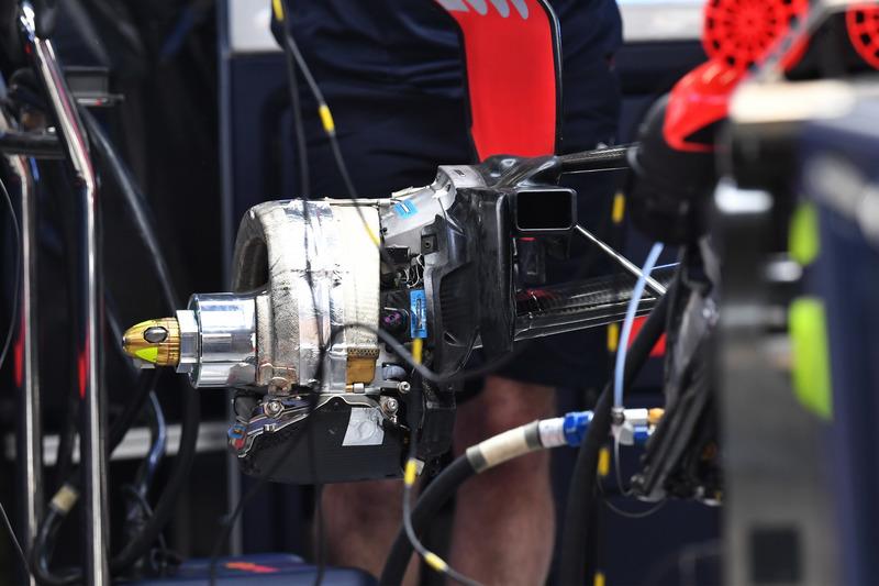 Red Bull Racing RB14 rear wheel hub
