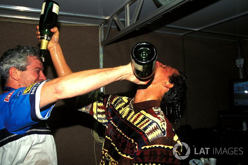 Міхаель Шумахер святкує чемпіонський титул разом зі своїм гоночним інженером