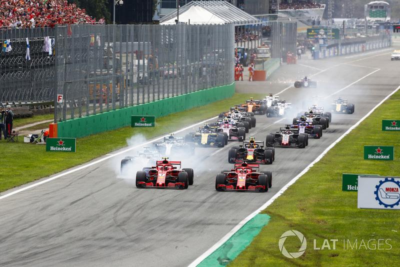 Inicio de la carrera con Kimi Raikkonen, Ferrari SF71H, líder Sebastian Vettel, Ferrari SF71H y Lewis Hamilton, Mercedes AMG F1 W09