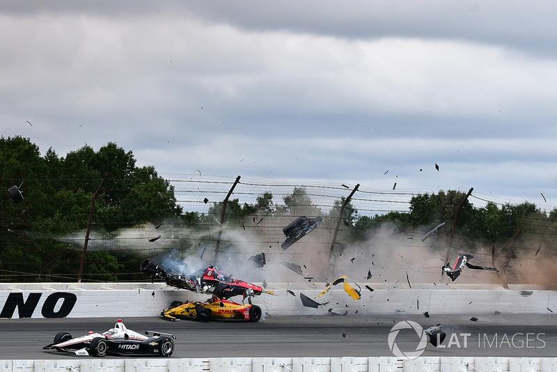 El accidente entre Robert Wickens, Schmidt Peterson Motorsports Honda, James Hinchcliffe, Schmidt Peterson Motorsports Honda, Ryan Hunter-Reay, Andretti Autosport Honda, Pietro Fittipaldi, Dale Coyne Racing Honda