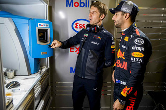 Daniel Ricciardo, Red Bull Racing with a Red Bull Racing ExxonMobil engineer