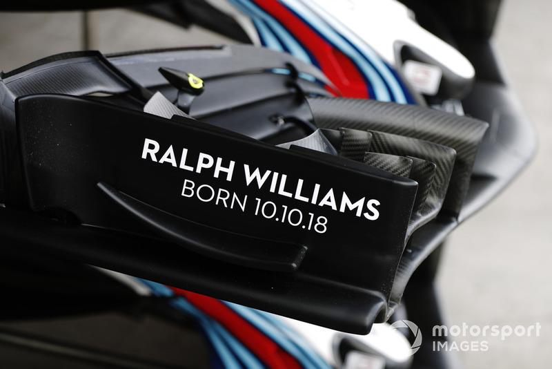 Надпись на переднем антикрыле Williams FW41 в честь рождения Ральфа Уильямса