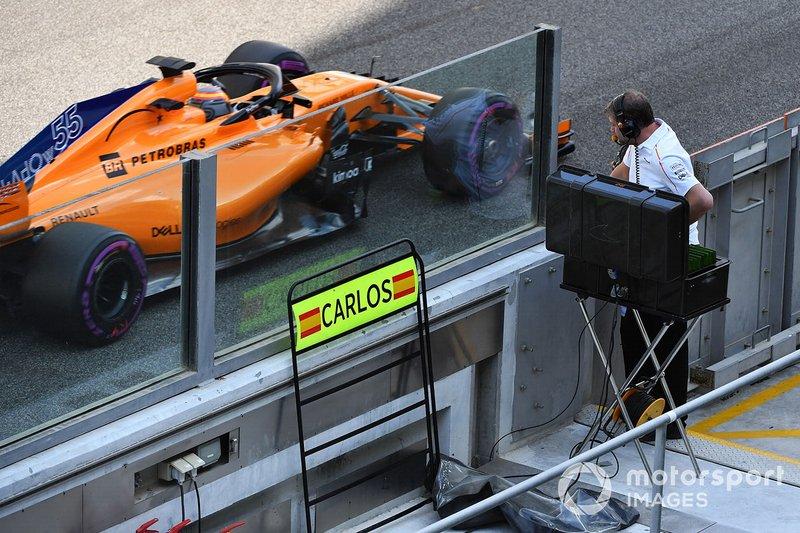 Carlos Sainz Jr., McLaren MCL33 passes his pit board