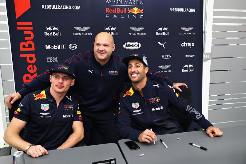 Daniel Ricciardo, Red Bull Racing et Max Verstappen, Red Bull Racing posent pour une photo avec un membre de Red Bull Racing