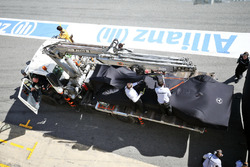 Машину Mercedes AMG F1 W07 Hybrid Льюиса Хэмилтона, Mercedes AMG F1 возвращается на пит-лейн на эвак