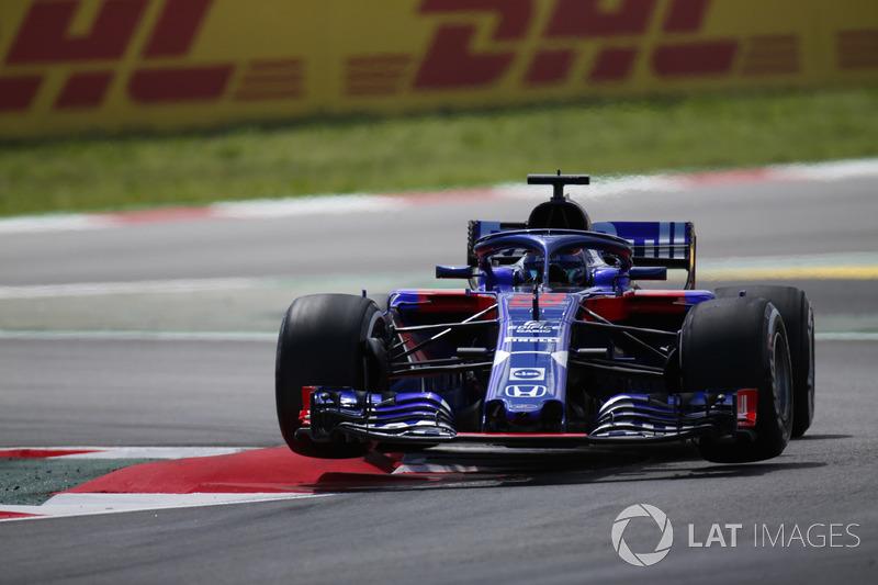 Brendon Hartley, Toro Rosso STR13, jumps over a kerb