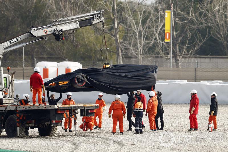 Маршалы эвакуируют с трассы  McLaren MCL33 Фернандо Алонсо