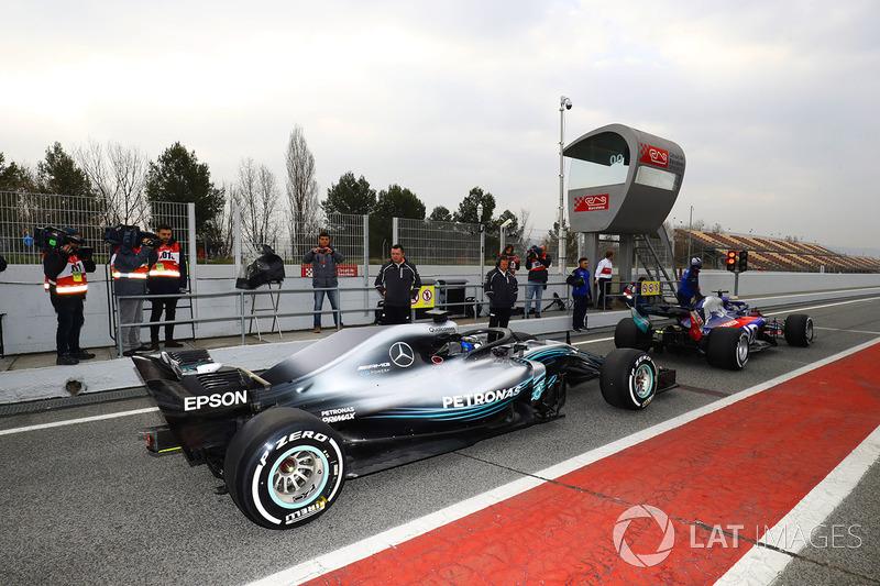 Брендон Хартли, Toro Rosso STR13, и Валттери Боттас, Mercedes AMG F1 W09