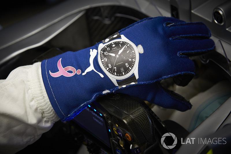El guante de Valtteri Bottas, Mercedes AMG F1, con el logo del mes de concientización del cáncer de mama