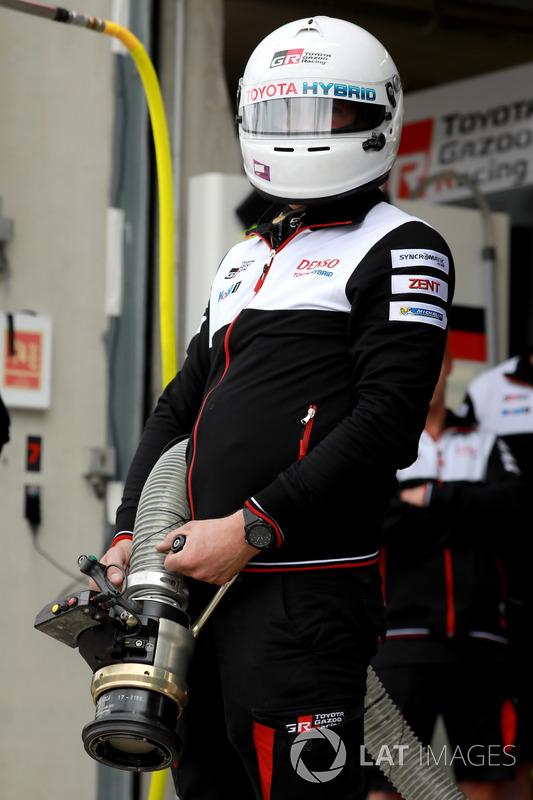 Un membro del team Toyota Gazoo Racing Toyota TS050