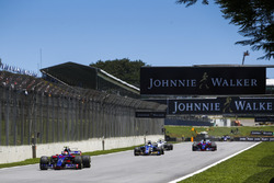 Пьер Гасли, Scuderia Toro Rosso STR12, Маркус Эрикссон, Sauber C36, и Брендон Хартли, Scuderia Toro Rosso STR12