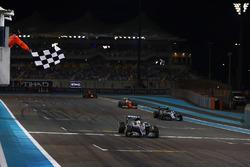 Lewis Hamilton, Mercedes F1 W07 Hybrid, se lleva la bandera a cuadros detrás Nico Rosberg, Mercedes