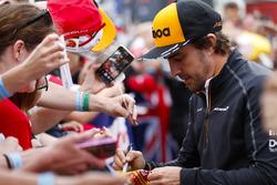 Fernando Alonso, McLaren, taraftarlarına imza dağıtıyor