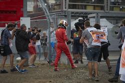 Sebastian Vettel, Ferrari SF71H, quitte sa monoplace après sa sortie de piste