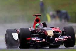 Kimi Raikkonen, McLaren Mercedes MP4/21 en Vitantonio Liuzzi, Scuderia Toro Rosso STR01 aanrijding