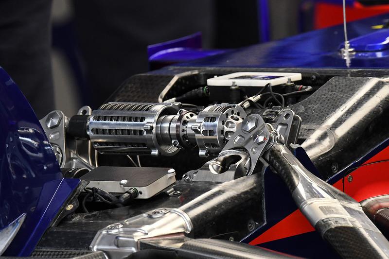 Scuderia Toro Rosso STR13 ön süspansiyon detay