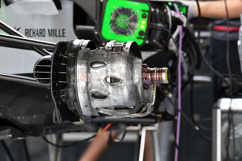 Haas F1 Team VF-18 front wheel hub