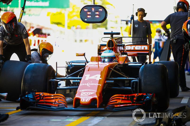 Fernando Alonso, McLaren MCL32 en pits