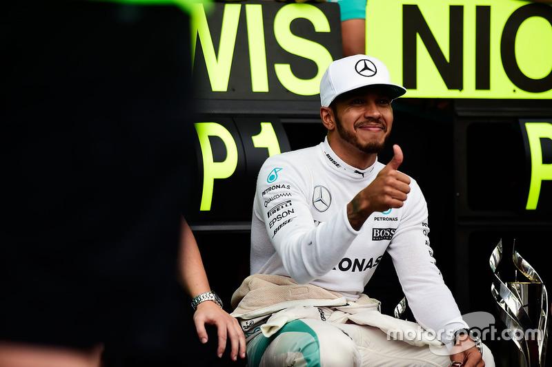 Ganador de la carrera Lewis Hamilton, Mercedes AMG F1 celebra con el equipo