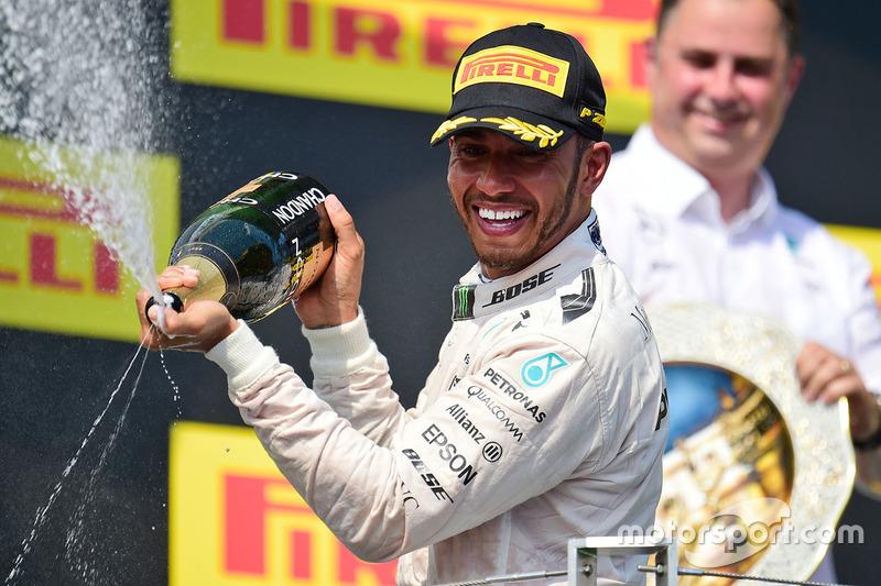 Ganador de la carrera Lewis Hamilton, Mercedes AMG F1 celebra en el podio