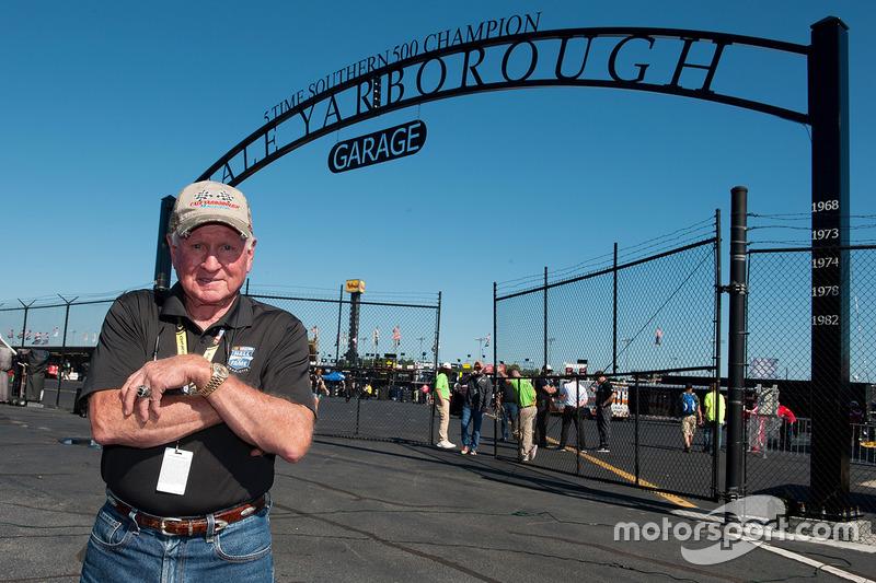 Cale Yarborough davanti all'area del Darlington garage nominata in suo onore