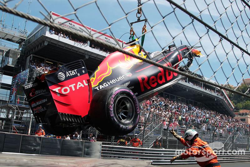 La Red Bull Racing RB12 di Max Verstappen, Red Bull Racing, che è andato a sbattere in qualifica, viene portata via