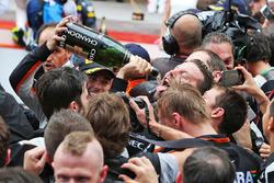 Sergio Pérez, Sahara Force India F1 celebra su tercera posición con el champagne con el equipo