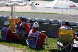 Lewis Hamilton, Mercedes AMG F1 Team W07 met marshals