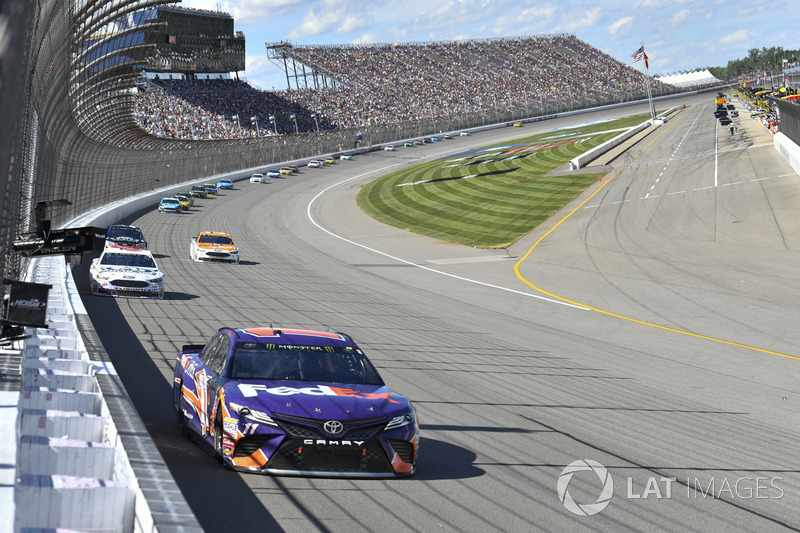 Denny Hamlin, Joe Gibbs Racing Toyota, Trevor Bayne, Roush Fenway Racing Ford, Ryan Blaney, Wood Bro