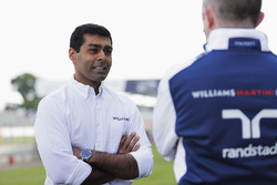 Karun Chandhok spricht mit Paddy Lowe, Williams