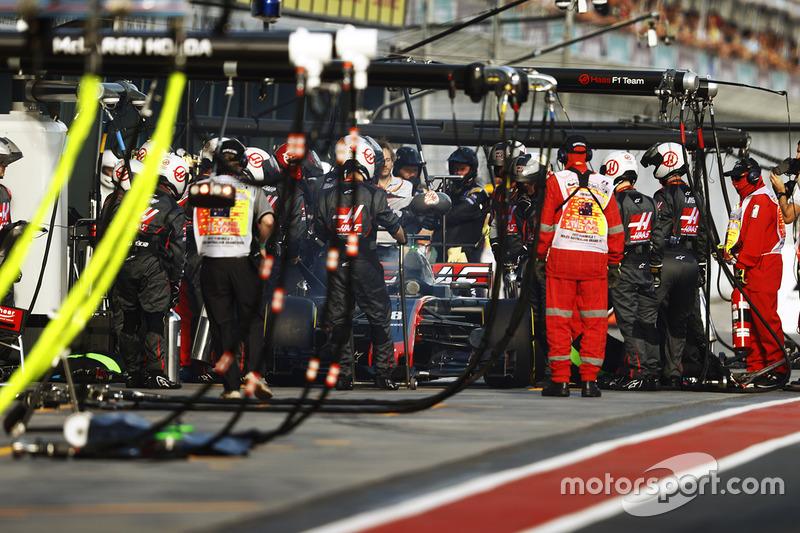 Romain Grosjean, Haas F1 Team VF-17, se retira de la carrera en los boxes