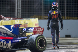 Daniil Kvyat, Scuderia Toro Rosso, walks away from his crashed car