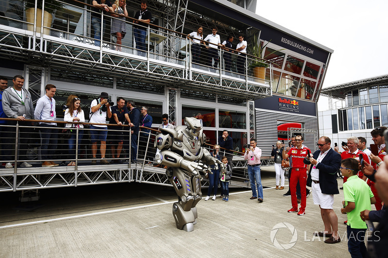 Un robot a fuera de la Red Bull Energy Station