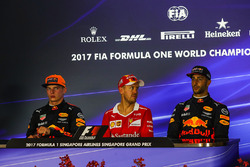 Max Verstappen, Red Bull Racing, Sebastian Vettel, Ferrari ve Daniel Ricciardo, Red Bull Racing basın toplantısında